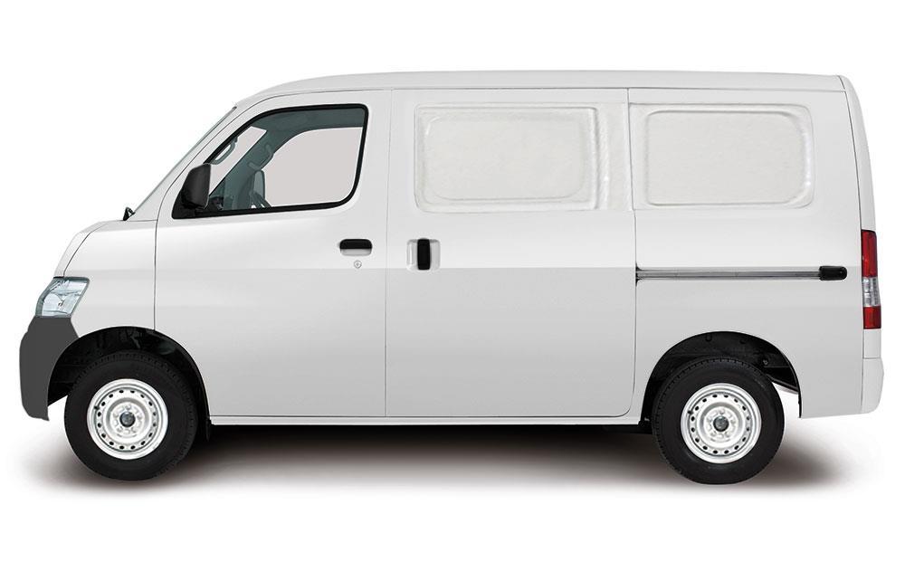 Tampak sebuah Daihatsu Gran Max Blind Van berwarna putih
