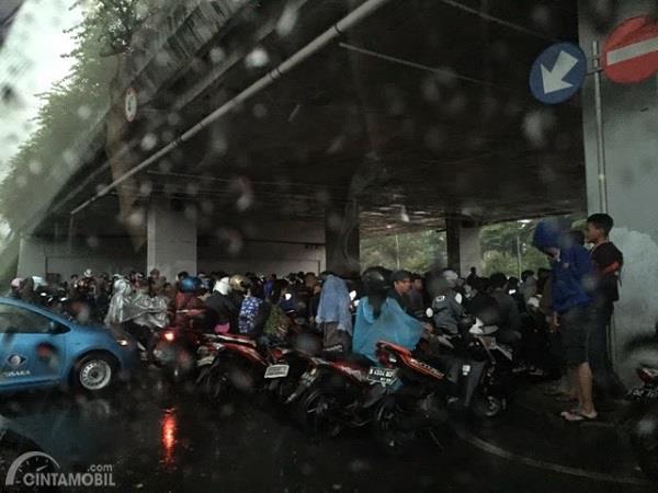 Gambar pengendara berteduh ketika hujan