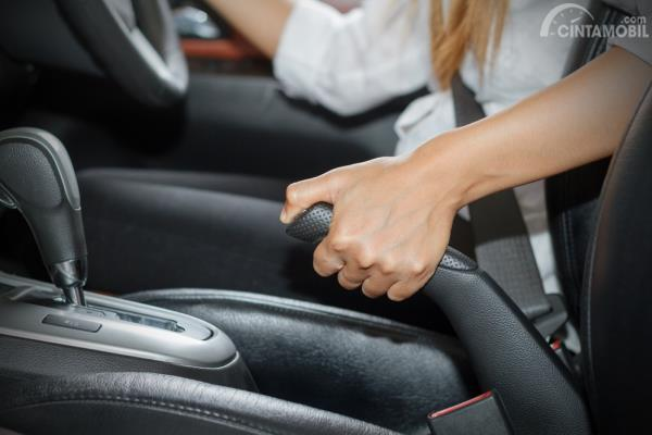 Memeriksa rem mobil saat hujan terutama dalam hal fungsinya yang masih berjalan baik atau tidak