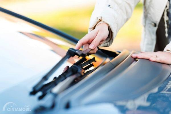 Mengecek kondisi Wiper mobil hanya perlu dilakukan dengan cara menekan sisi tengah karet, apakah masih lentur atau sudah aus