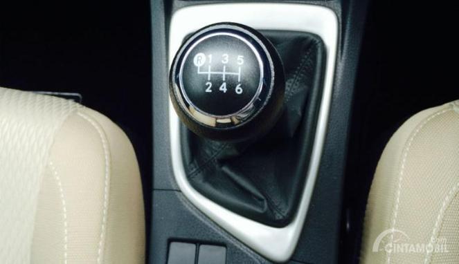 Tampak sebuah tuas transmisi manual 6 percepatan yang digendong oleh Toyota Altis 1.8 J MT