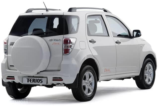 Eksterior belakang Daihatsu Terios TX 2006 dihias apik dengan lampu Rear Combination