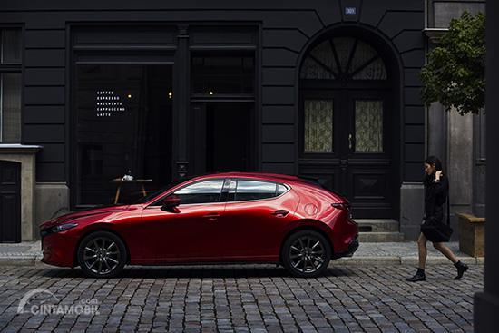 Eksterior samping Mazda 3 2019 menerapkan siluet bodi yang seksi