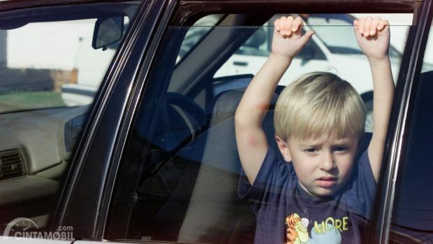 Gambar anak-anak ketinggalan di dalam mobil