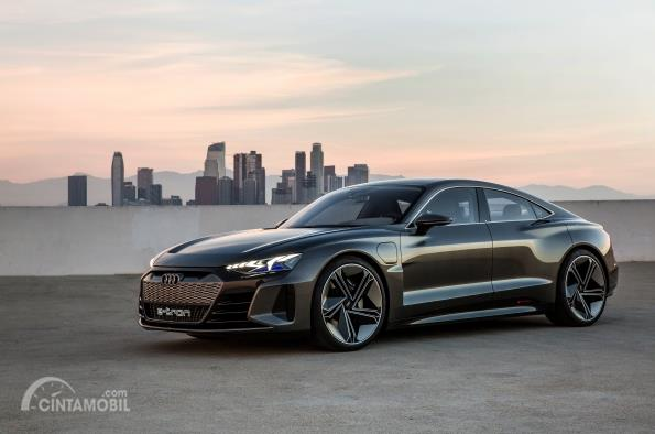 Gambar tampilan samping Audi e-tron GT 2019