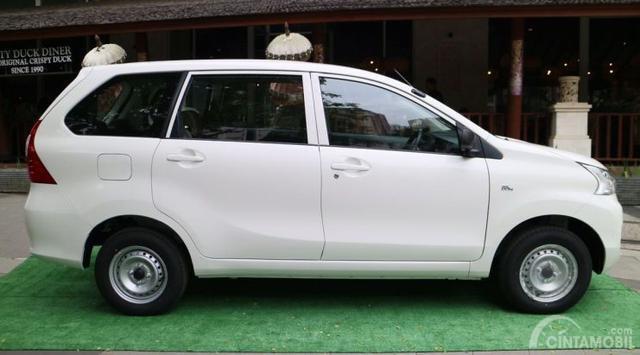 Tampilan Samping mobil Toyota Avanza Transmover 2016 berwarna putih
