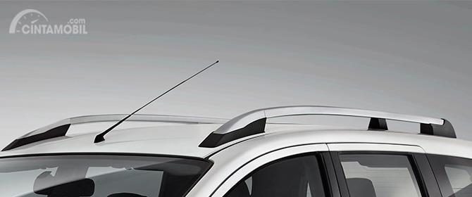 Eksterior samping Nissan Grand Livina X-Gear 2013 juga menyuguhkan fitur Roof Rail yang menampilkan kesan sporty serta mampu mengangkut barang berlebih