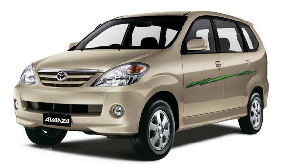 Foto Generasi pertama Toyota Avanza tampak dari samping depan