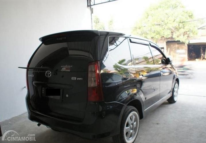 Foto Toyota Avanza 1.3 S 2004 tampak dari samping belakang