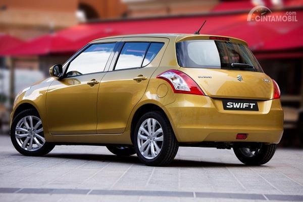 Gambar Suzuki Swift 2013 di dalam kota