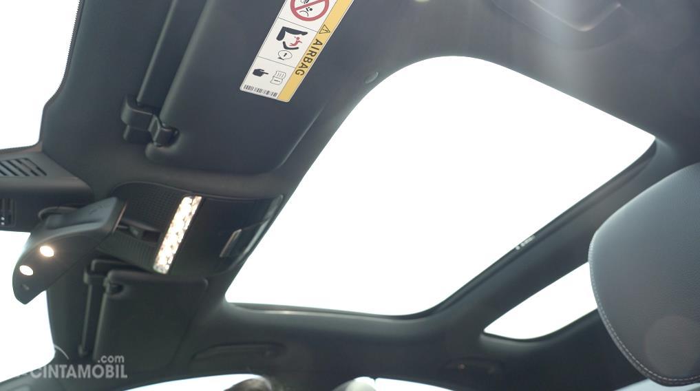 Panoramic Sliding Sunroof pada mobil Mercedes-Benz E 300 AMG Line 2018