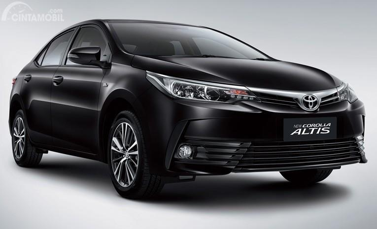 Foto Toyota Corolla Altis tampak dari samping depan