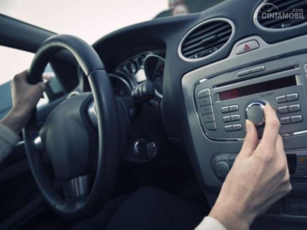 Mendengarkan musik dalam mobil bisa memberi sensasi rileks bagi pengendara