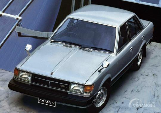 Toyota Celica Camry berwarna putih dari atas