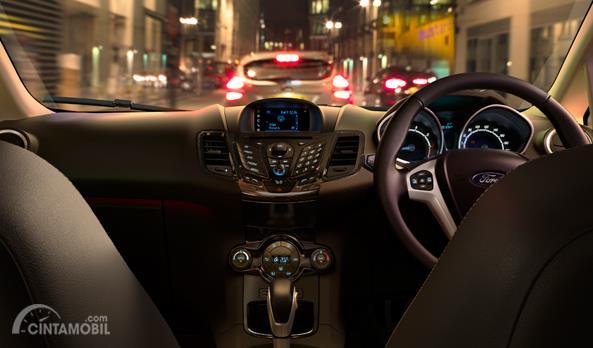 Dashboard Ford Fiesta EcoBoost 2014 sudah dilengkapi dengan panel Head Unit mumpuni dengan fitur-fitur menarik