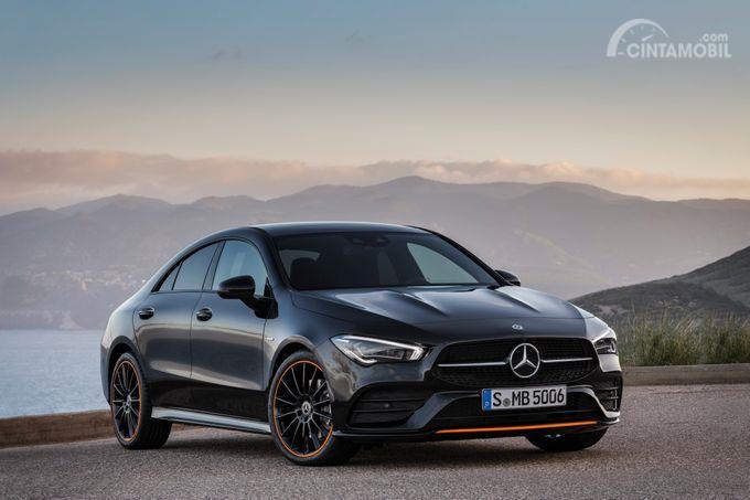 tampilan depan Mercedes-Benz CLA-Class 2019 berwarna hitam