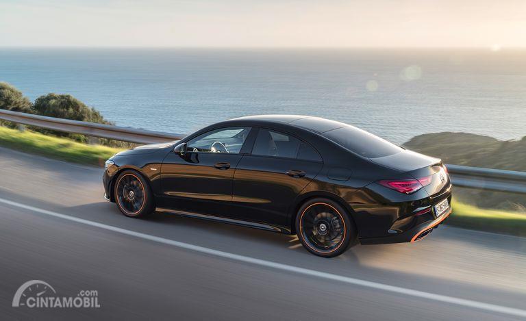 tampilan belakang Mercedes-Benz CLA-Class 2019 berwarna hitam