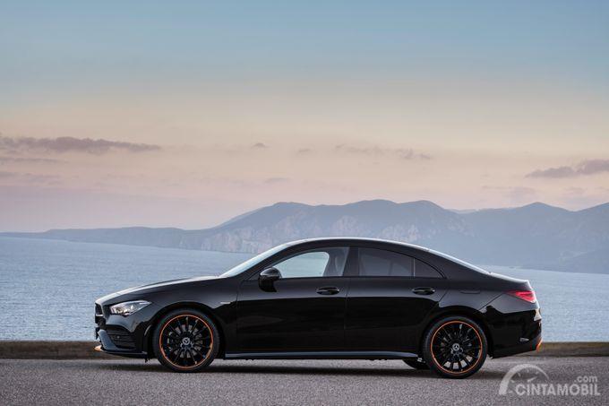 tampilan samping Mercedes-Benz CLA-Class 2019 berwarna hitam