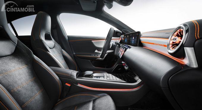 kursi kulit berwarna hitam pada Mercedes-Benz CLA-Class 2019