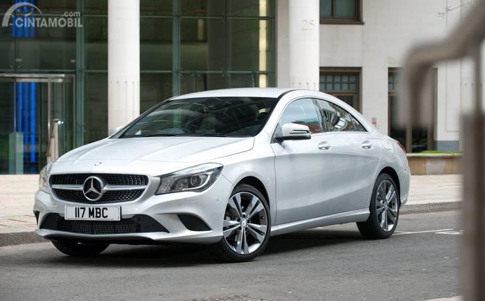 generasi pertama Mercedes-Benz CLA-Class berwarna putih