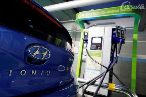 Foto Hyundai Ioniq sedang mengisi ulang listrik