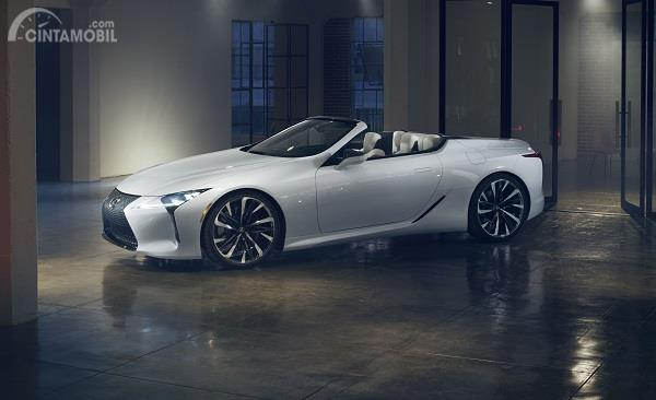 mobil baru Lexus LC COnvertible berwarna putih