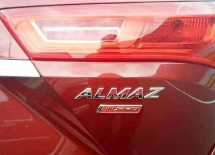 Foto emblem Wuling Almaz di bagian belakang