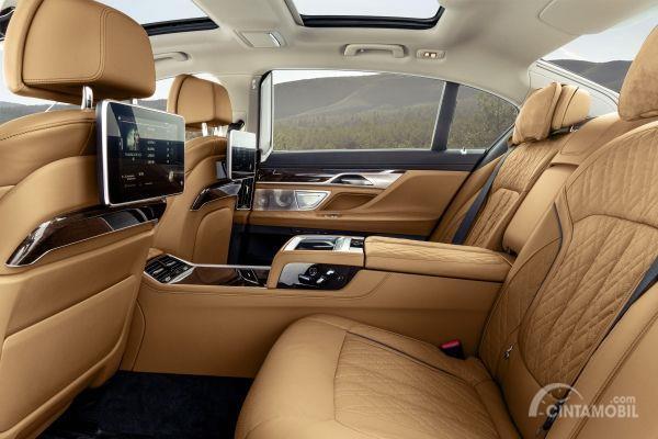Ruang kabin belakang BMW 7 Series 2019 dengan kelebgkapan fitur di dalamnya