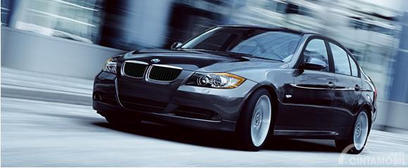 versi facelift BMW 325i 2011 berwarna hitam