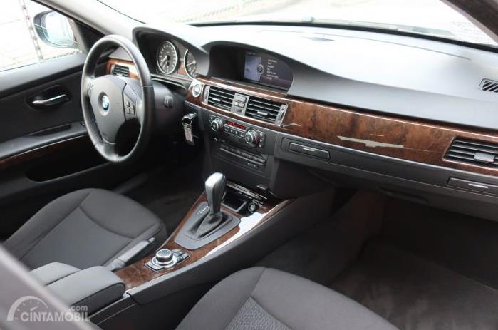dasbor BMW 325i 2011 berwarna hitam dengan aksen kayu