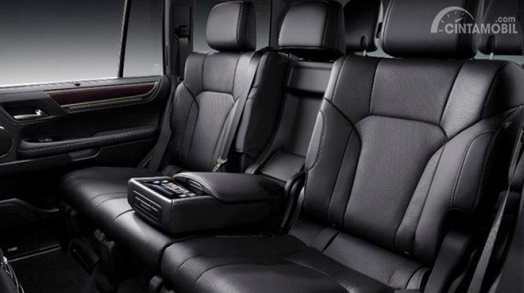 Gambar menunjukkan bagian kursi mobil Lexus LX 570 Sport 2019 dengan jok berwarna hitam