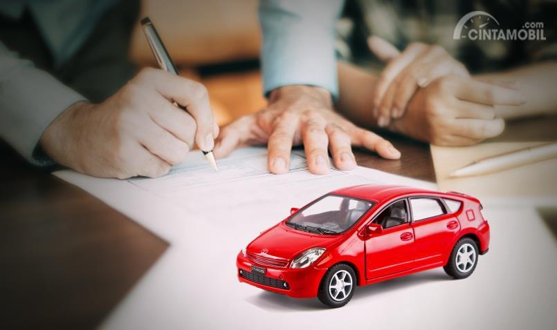 kertas berwarna putih dengan mobil mainan berwarna merah