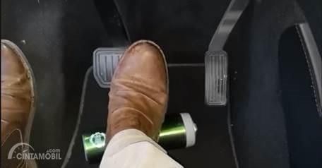 Botol yang berada dibalik pedal bisa berbahaya