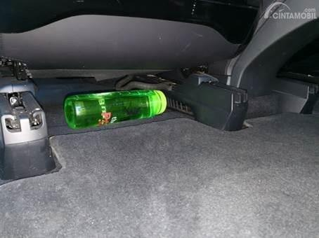 Menaruh botol di kolong jok juga berbahaya