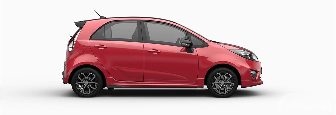 Gambar mobil Proton Iriz 2017 berwarna merah dilihat dari sisi samping