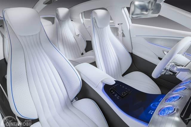 interior Mercedes-Benz IAA dengan kursi berwarna putih