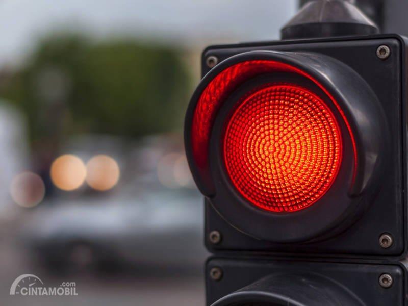 Lampu merah tetap harus dipatuhi dan jangan panik selama mobil Emergency mendahului Anda