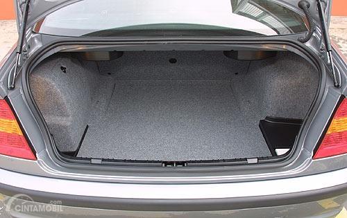 bagasi BMW 330i 2003 berwarna beige