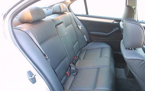 kursi BMW 330i 2003 berwarna hitam