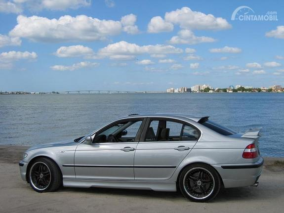 Tampilan samping BMW 330i 2003 berwarna putih