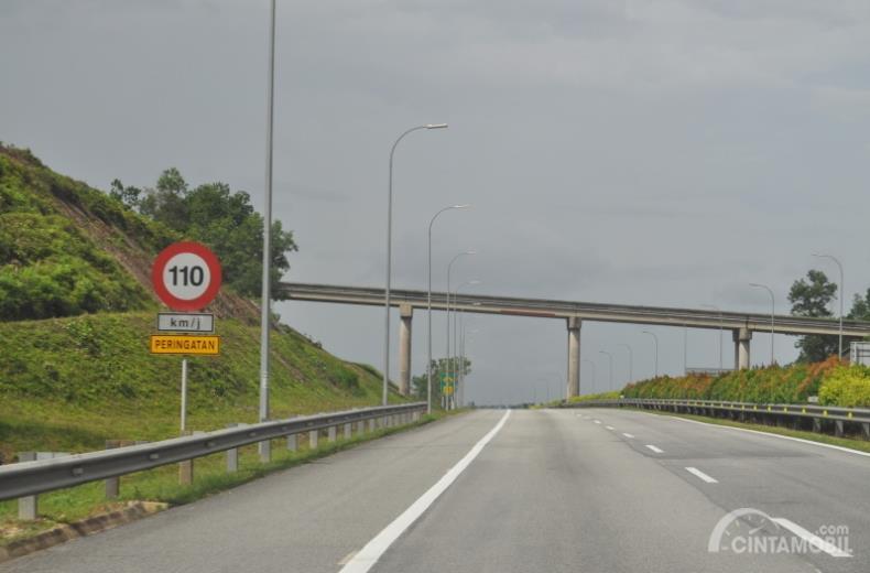 Pentingnya Rambu-Rambu Batas Kecepatan untuk Mengurangi Kecelakaan di Jalan Tol