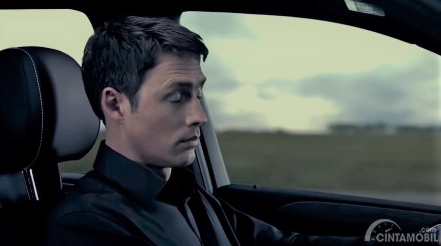 Foto seorang sopir mengantuk saat mengemudi