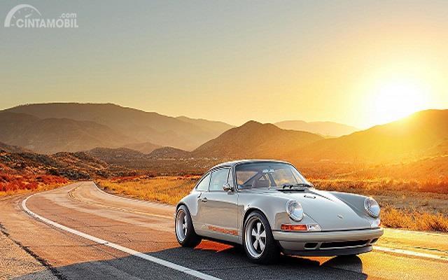 mobil putih pada saat sunset