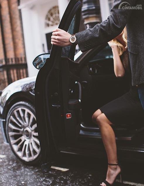 Pria membuka pintu untuk wanita adalah sebuah kepribadian yang hanya dimiliki pria sejati