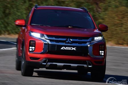 Gambar menunjukkan tampilan depan Mitsubishi Outlander Sport 2019 berwarna merah