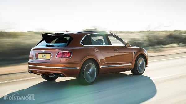 tampilan belakang Bentley Bentayga Speed berwarna cokelat