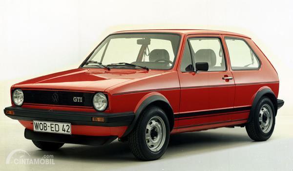 Volkswagen Golf GTI berwarna merah