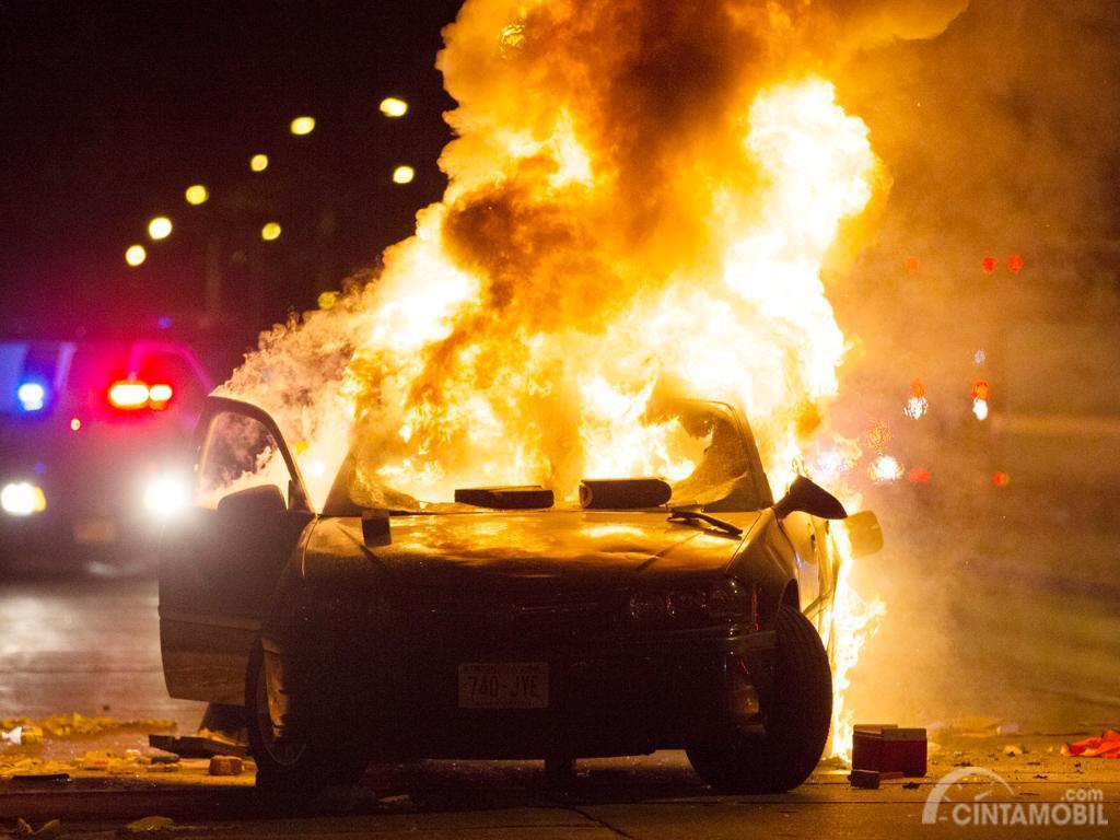 Foto sebuah mobil terbakar hebat