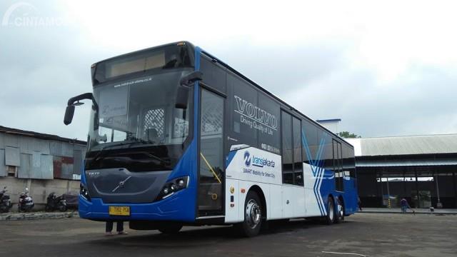 Gambar menunjukkan Tampak tampilan depan Volvo B11R 2011 berwarna biru dan putih