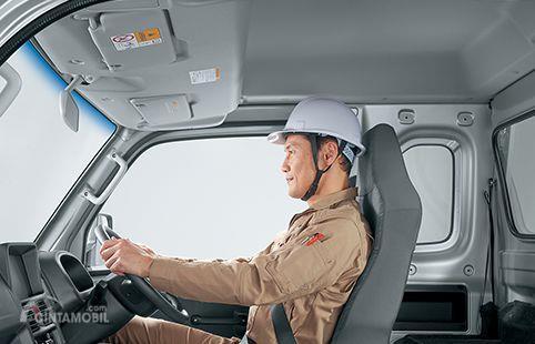 Gambar seorang sedang duduk di dalam ruang kabin mobil Suzuki Super Carry Pick-Up 2013